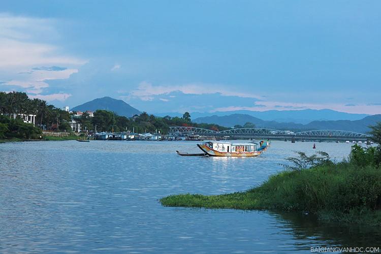 Phân tích vẻ đẹp của sông Hương trong Ai đã đặt tên cho dòng sông của Hoàng Phủ Ngọc Tường