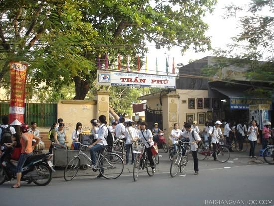 Tả quang cảnh trường học lúc tan trường