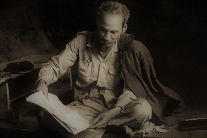 em hay neu cam nhan ve bai tho canh khuya cua tac gia ho chi minh - Em hãy nêu cảm nhận về bài thơ Cảnh Khuya của tác giả Hồ Chí Minh