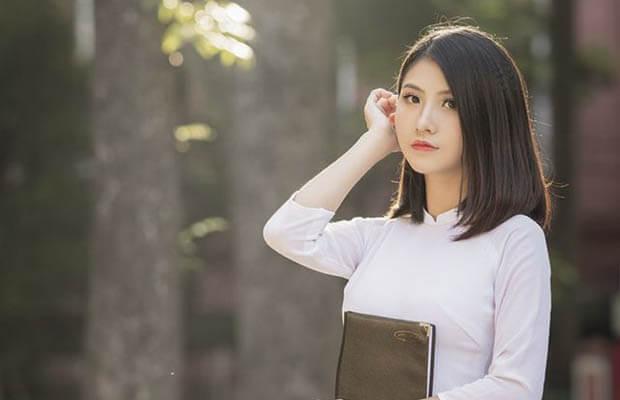 Phân tích tài năng sử dụng ngôn ngữ dân tộc của Hồ Xuân Hương qua bài Bánh trôi nước và tự tình 2